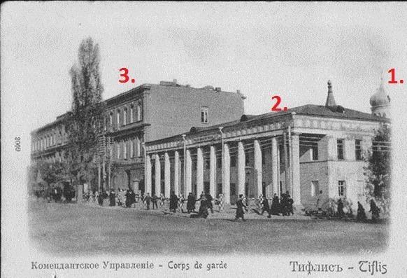 """ფოტოზე ციფრებით აღნიშნულია: 1. ტაძარი, რომელიც დაანგრიეს კომუნისტებმა (მოჩანს გუმბათი). 2. ჰაუპვახტის შენობა (კოლონებიანი ნაგებობა). 3. თბილისის ომის დროს დამწვარი """"მხატვრის სახლი""""."""